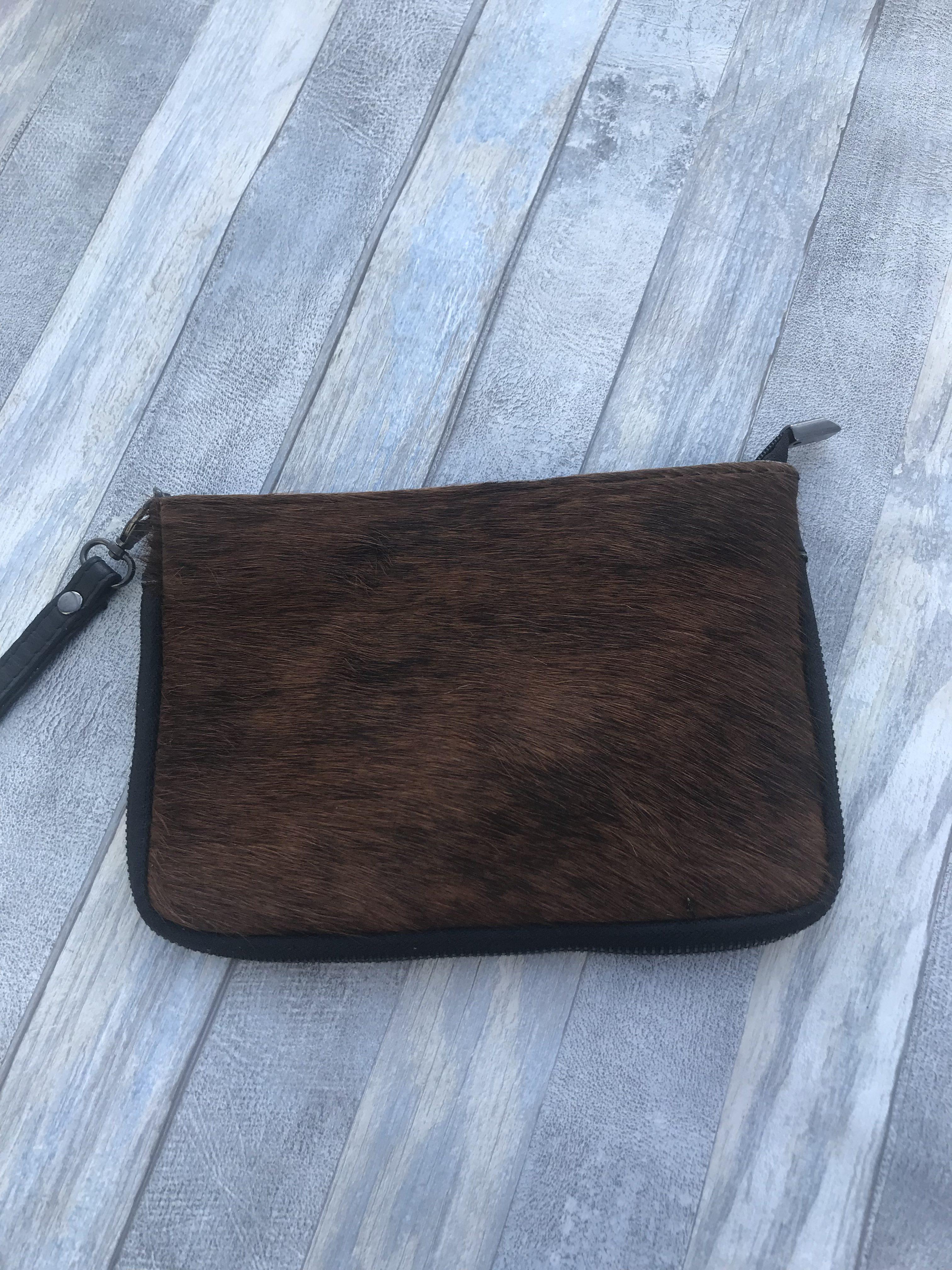 Handig  bruin vacht tasje met verstelbare schouderband.