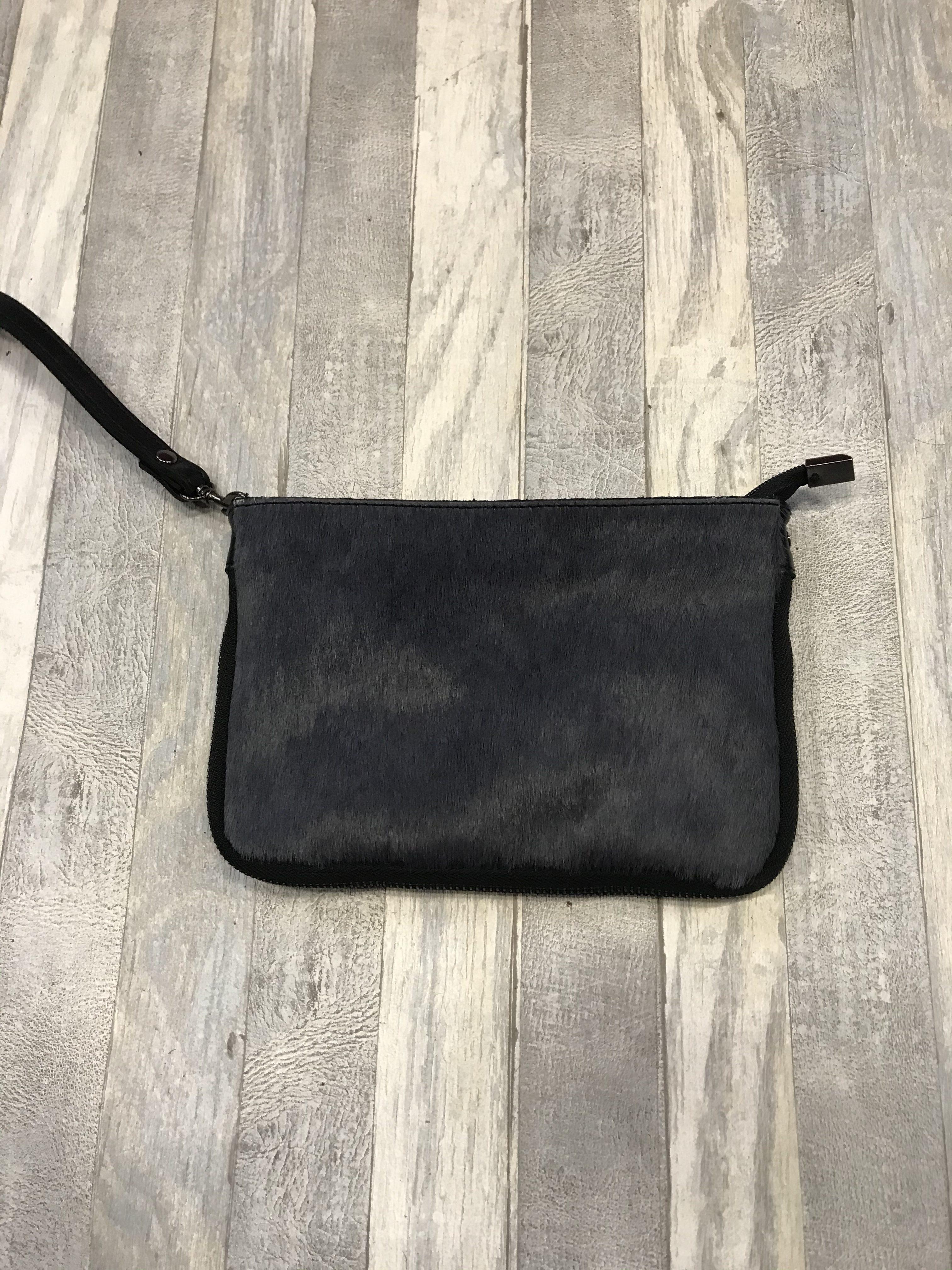 Handig donkerblauw vacht tasje met verstelbare schouderband.