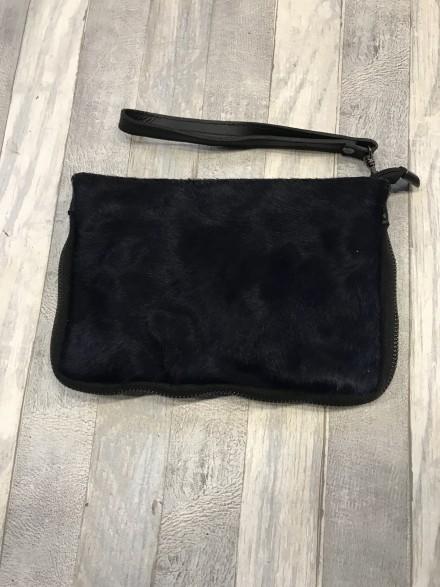 Handig zwart  vacht tasje met verstelbare schouderband.